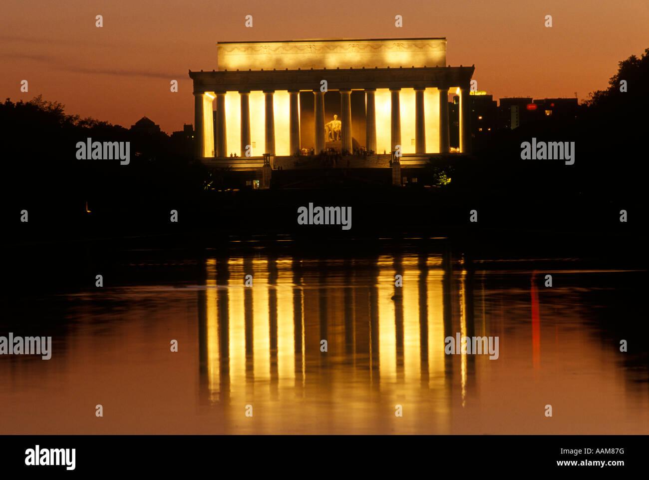 WASHINGTON DC LINCOLN MEMORIAL EST VU DEPUIS LE MIROIR D'EAU AU CRÉPUSCULE Photo Stock