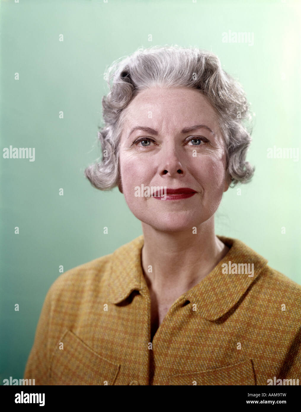 gris GOLD TOP MATURE SENIOR PERSONNES ÂGÉES 1960 RETRO EXPRESSION SOURIRE AGRÉABLE PORTRAIT FEMMES 1960 AÎNÉS Le WOMAN cheveux CHEQUE PHBqPw0Zxz