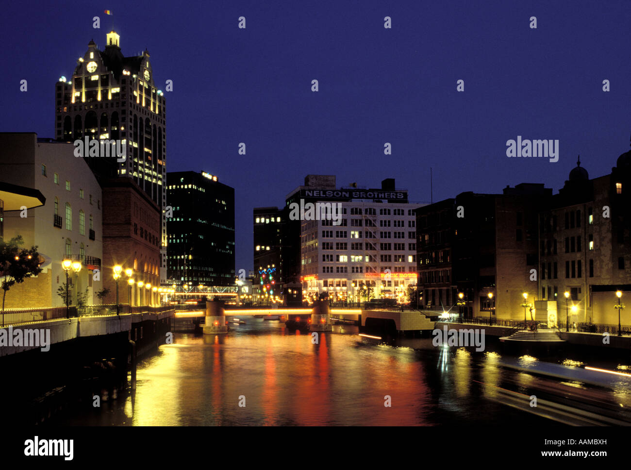 MILWAUKEE WI DOWNTOWN AT NIGHT RIVER PROMENADES Photo Stock