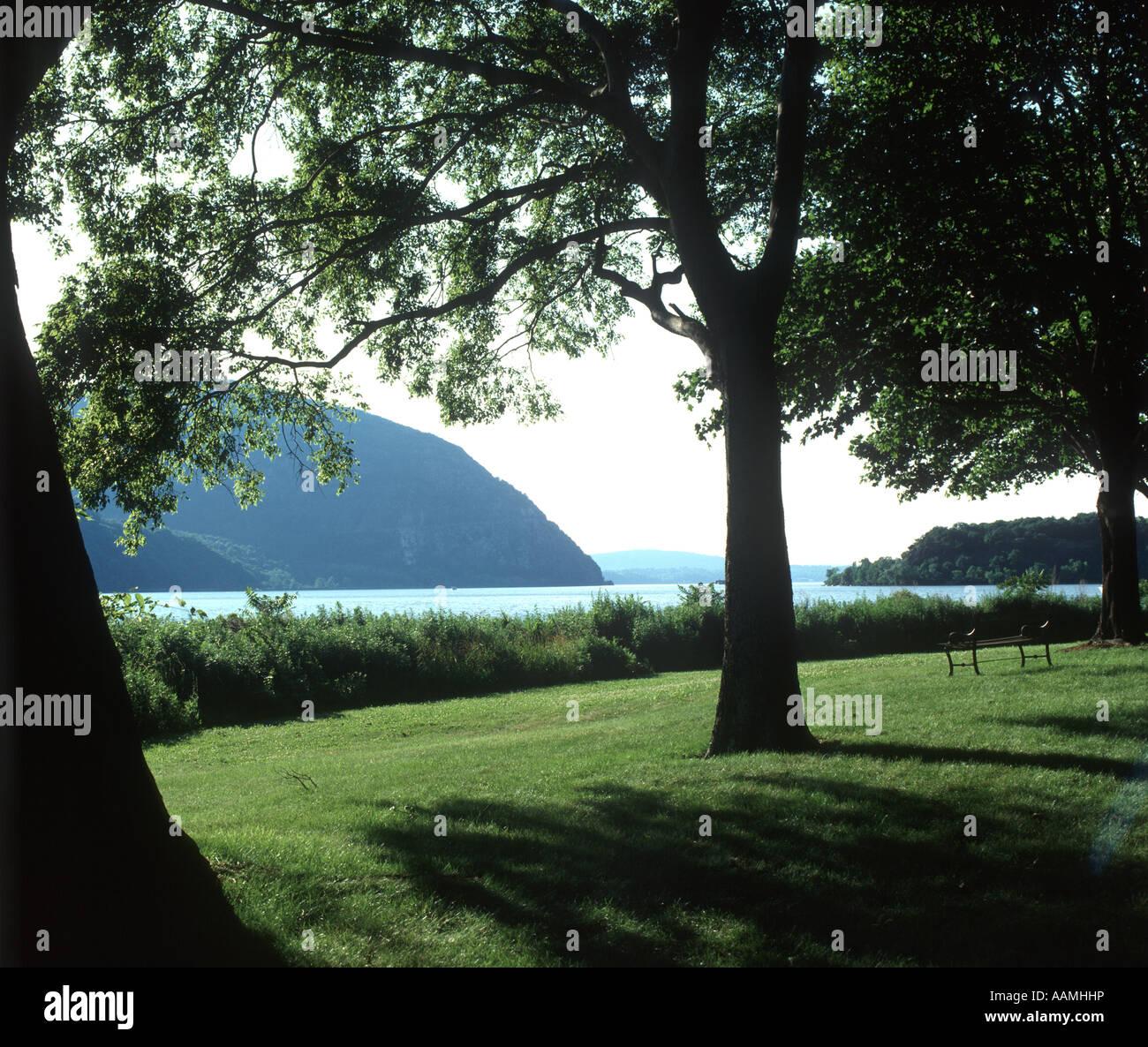 La RIVIÈRE HUDSON ET STORM KING MOUNTAIN VU À PARTIR DE LA VILLE DE COLD SPRING NEW YORK STATE Photo Stock