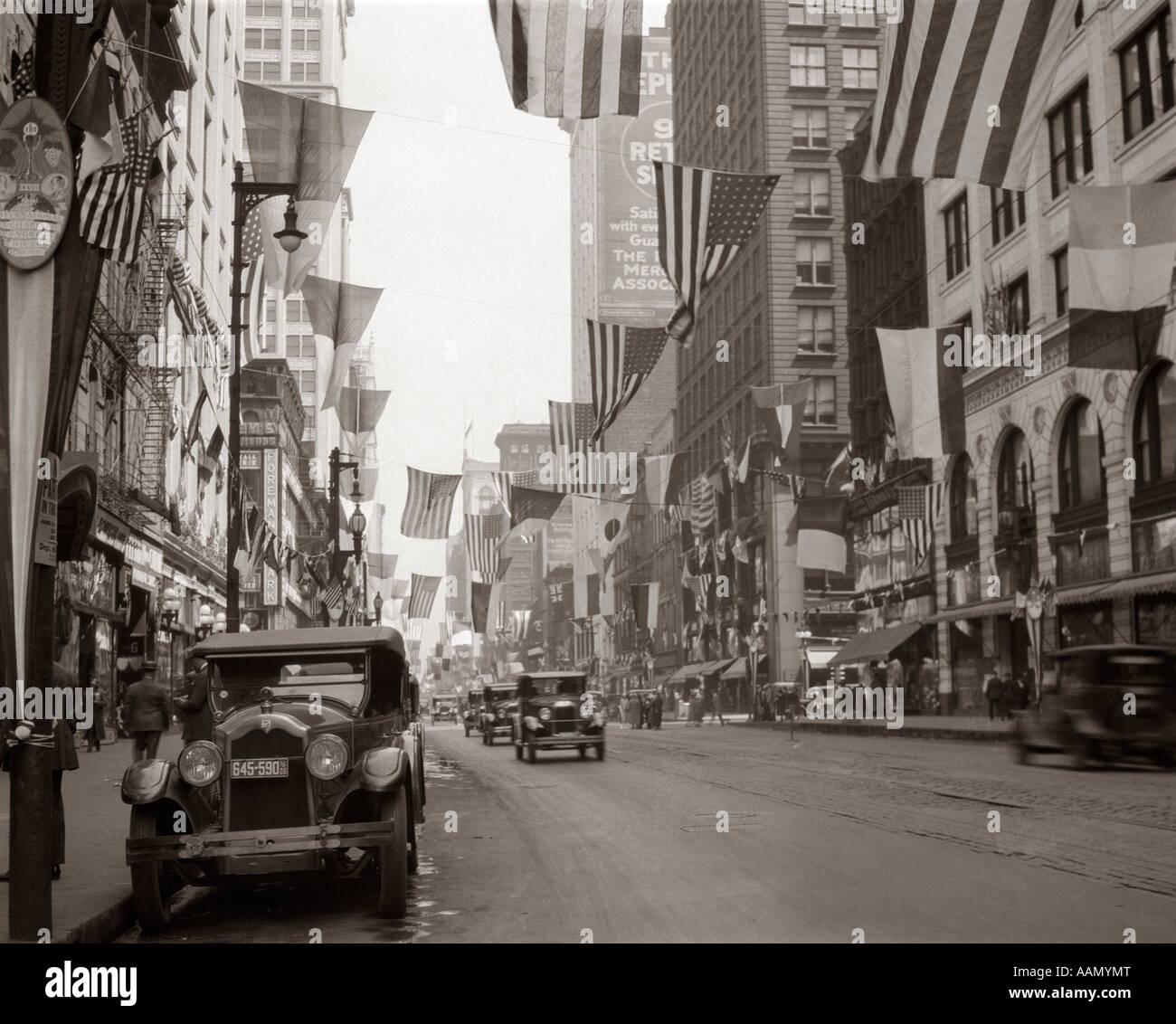 1926 LE CENTRE-VILLE DE CHICAGO'S STATE ST. Avec des drapeaux Photo Stock