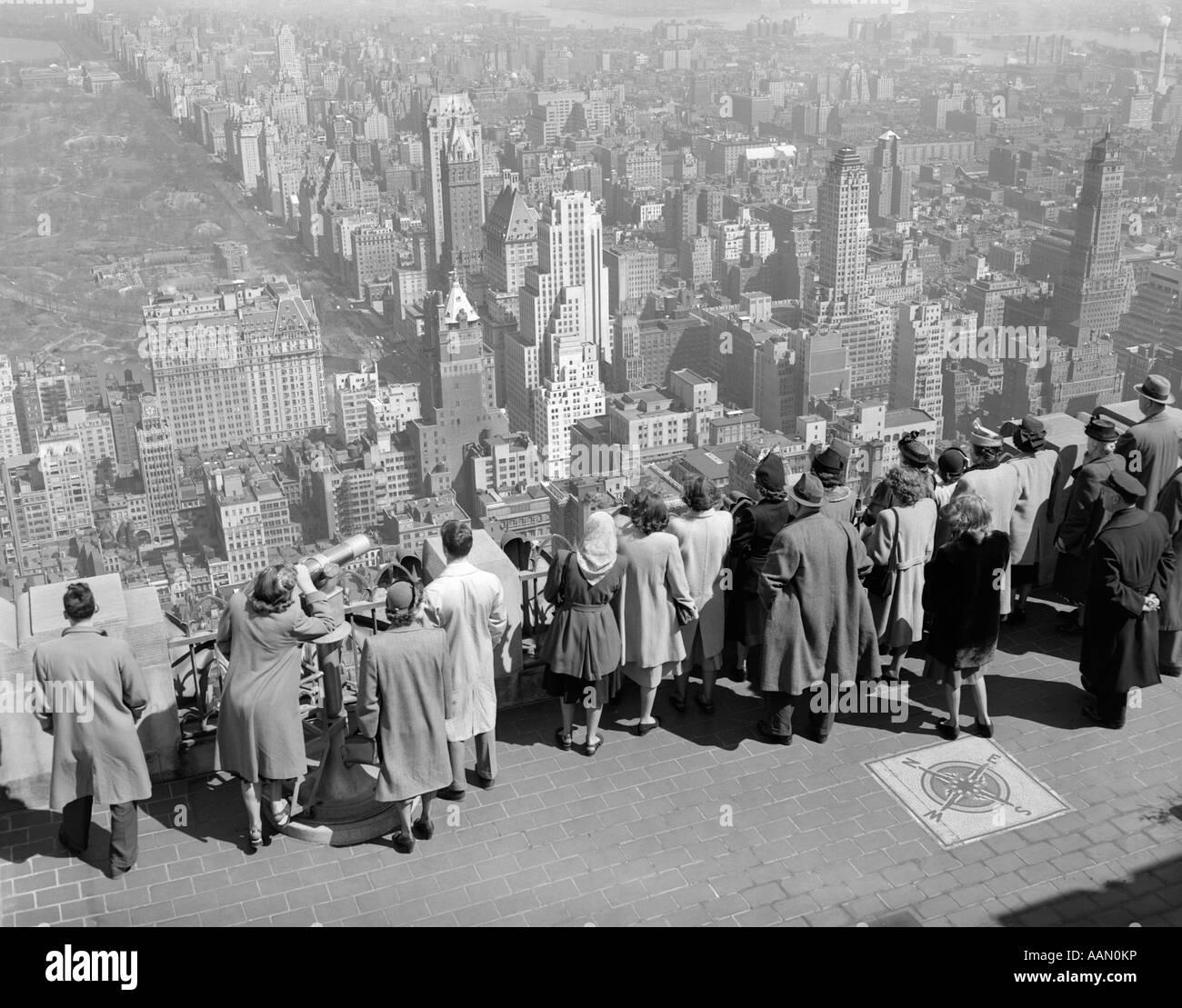 1940 GROUPE DE TOURISTES DEBOUT SUR BÂTIMENT RCA AVEC VUE SUR VILLE Photo Stock
