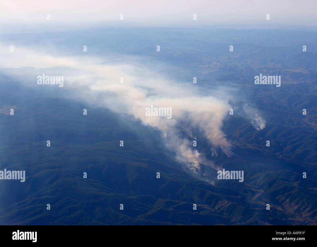 Vue aérienne de bush fire burning sur plusieurs fronts donnant un énorme nuage de fumée à la dérive en Nouvelle Galles du Sud en Australie Banque D'Images