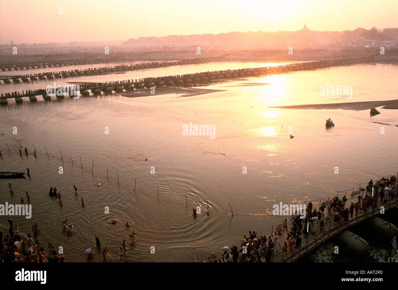 L'INDE Kumbh Mela 2001 ALORS QUE LE SOLEIL SE COUCHE SUR ALLAHABAD beaucoup de pèlerins se baignent ET PRIER DANS Banque D'Images