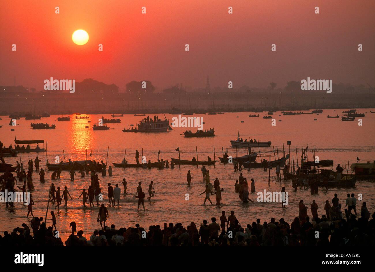 L'INDE Kumbh Mela 2001 LE SOLEIL SE COUCHE SUR LA KUMBH MELA LE PLUS GRAND RASSEMBLEMENT DE GENS RÉUNIS SUR LA TERRE 2001 Banque D'Images
