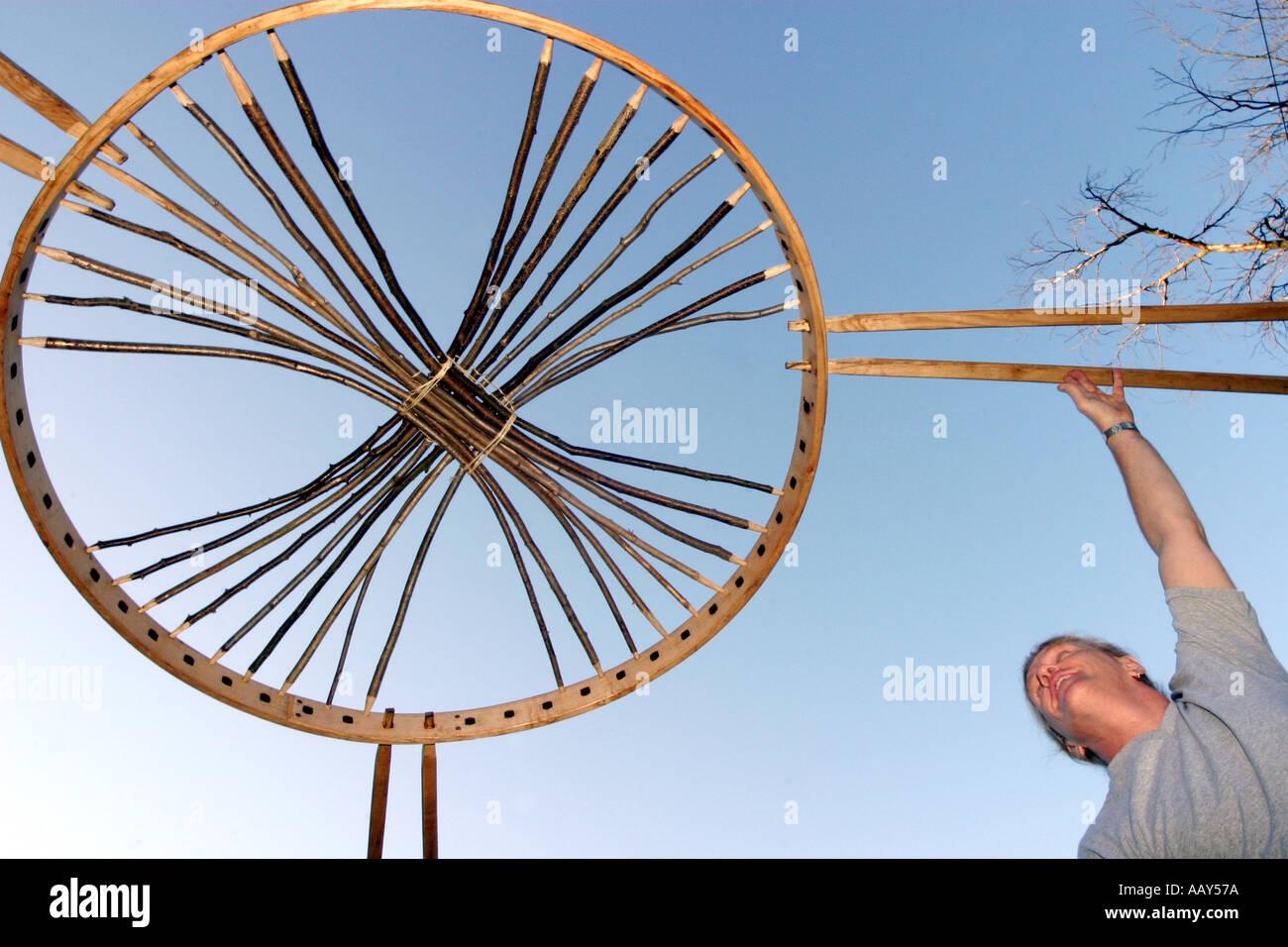 Un homme rassemble la structure d'une yourte mongole Photo Stock