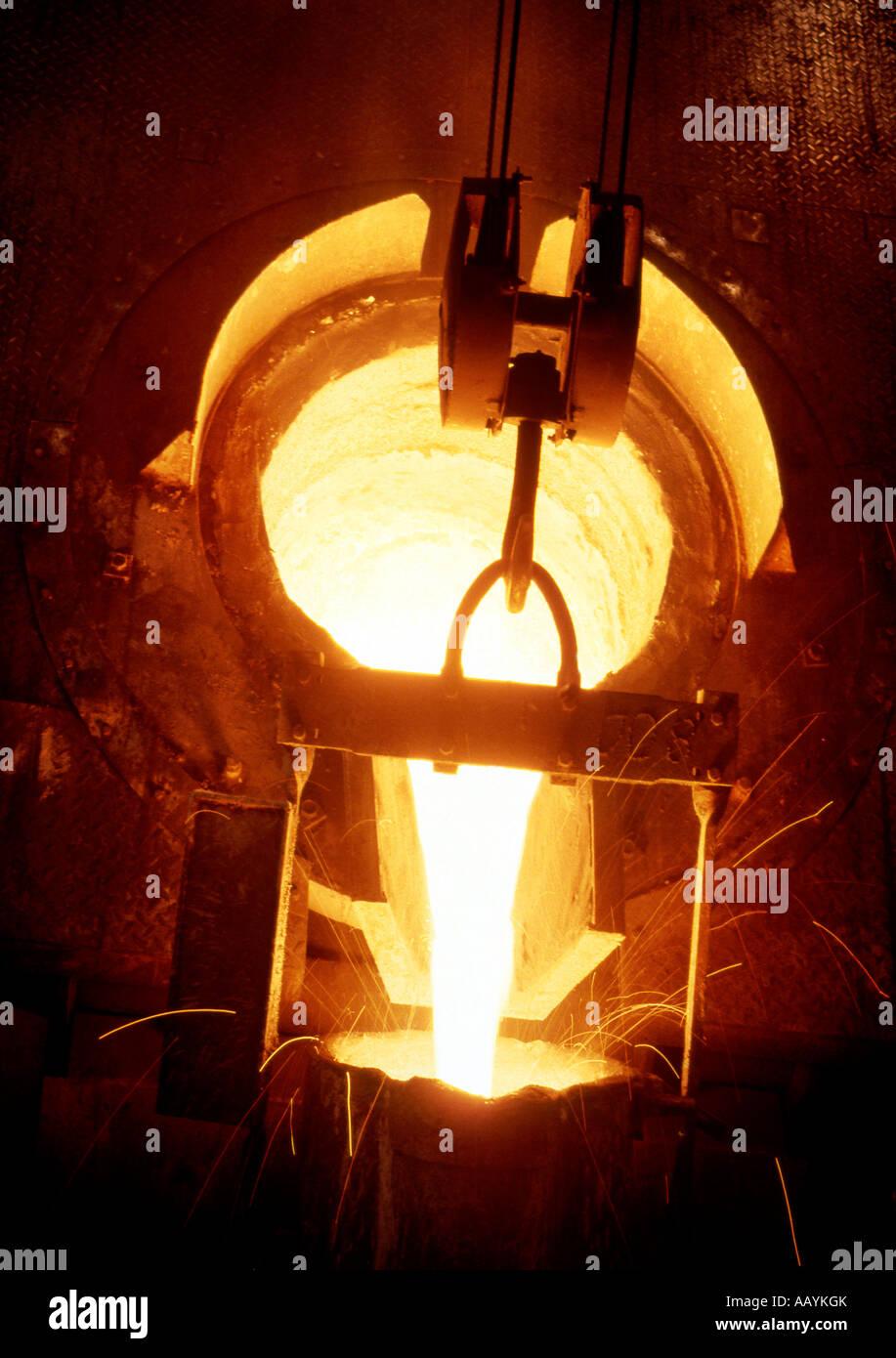 La production d'acier et de fer forge Industrie Usine Tapping de fer brut de fonderie Photo Stock