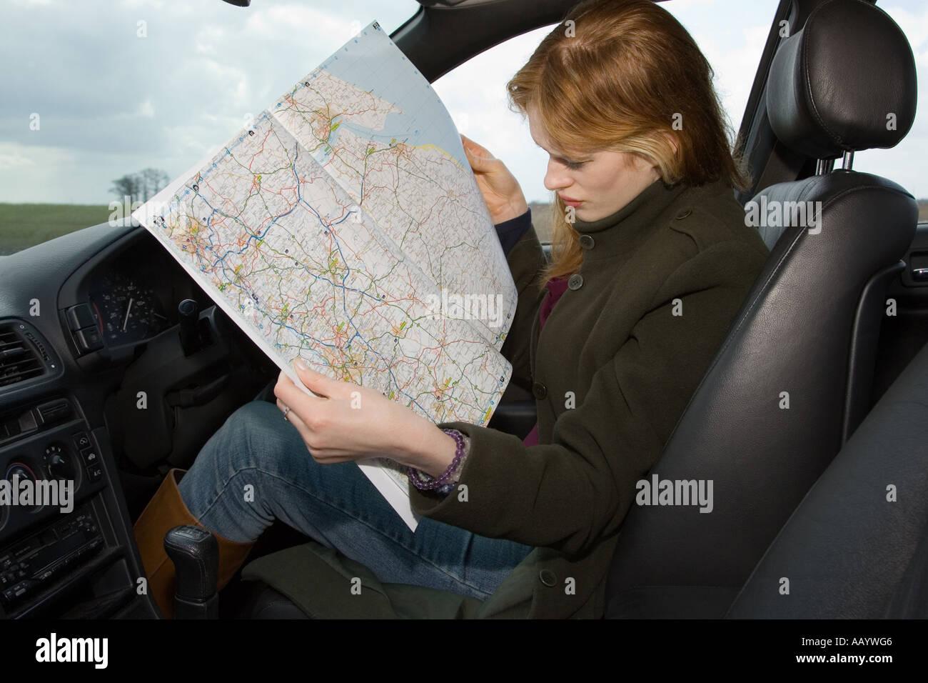Une femme lisant un site pour les directions après devenir perdu Photo Stock