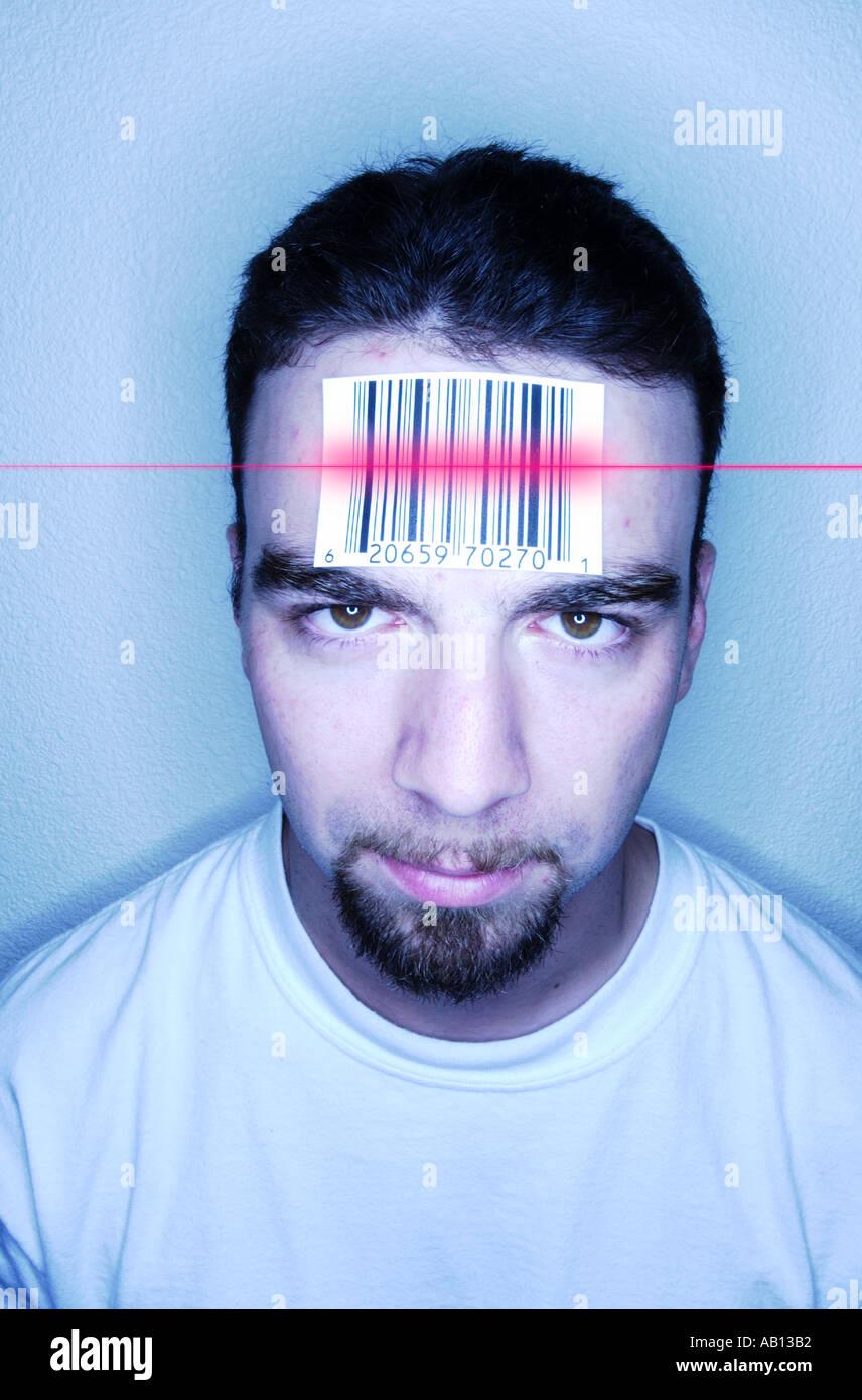 Homme avec sur l'étiquette à code-barres scanné en front Photo Stock