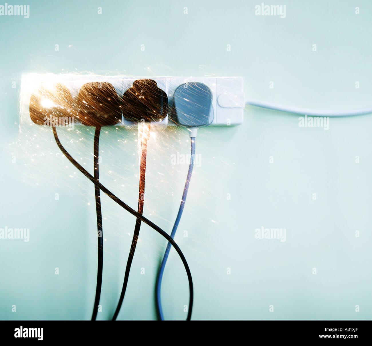 Des étincelles s'envoler une prise électrique surchargé Photo Stock