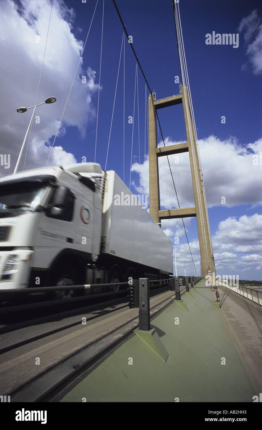 Camion traversant le pont enjambant la rivière Humber reliant l'estuaire humber yorkshire avec lincolnshire uk Banque D'Images
