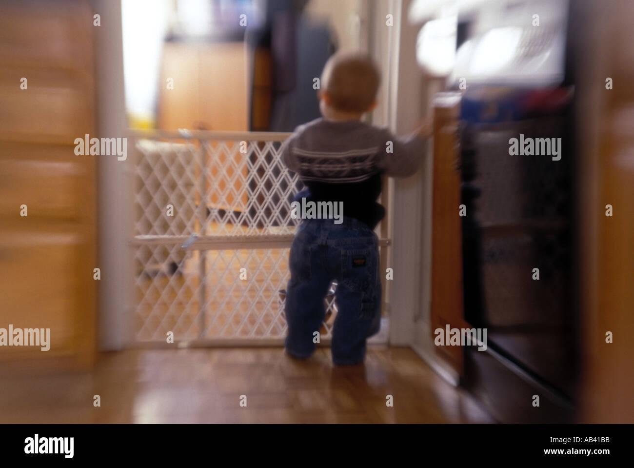 Enfant à la recherche dans d'autres prix effet rêveur sténopé Photo Stock