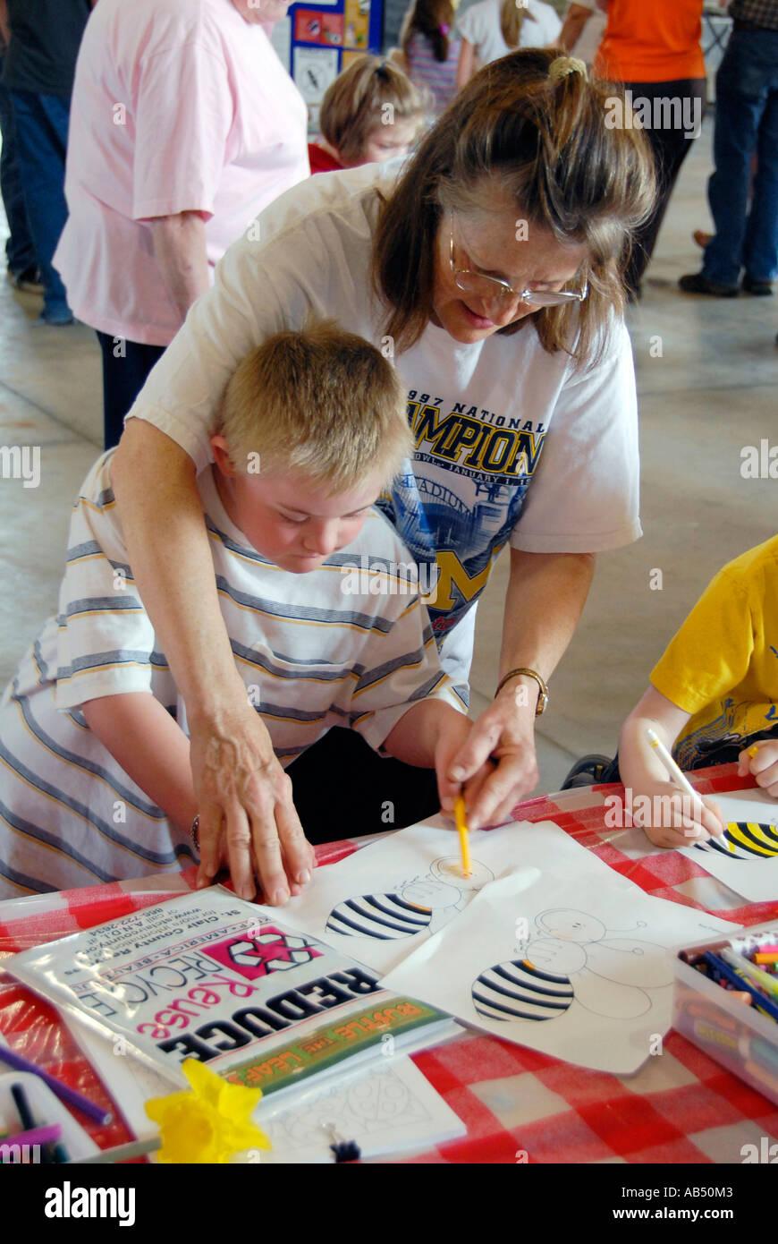 Les couleurs des jeunes handicapés mentaux un bourdon à Terre jour Festival invite les enfants et les adultes à apprendre sur l'écologie Photo Stock