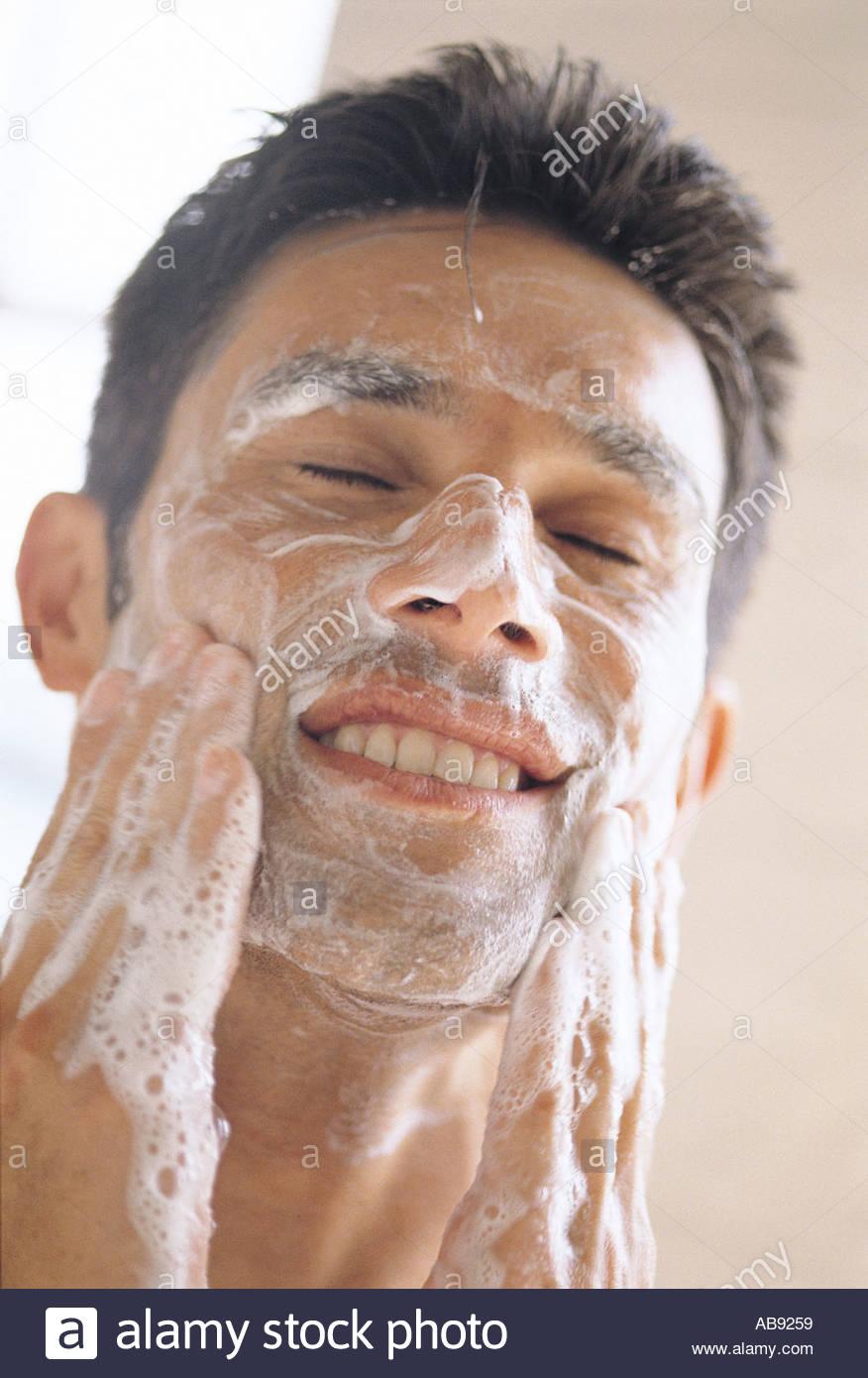 Nettoyage visage homme Photo Stock