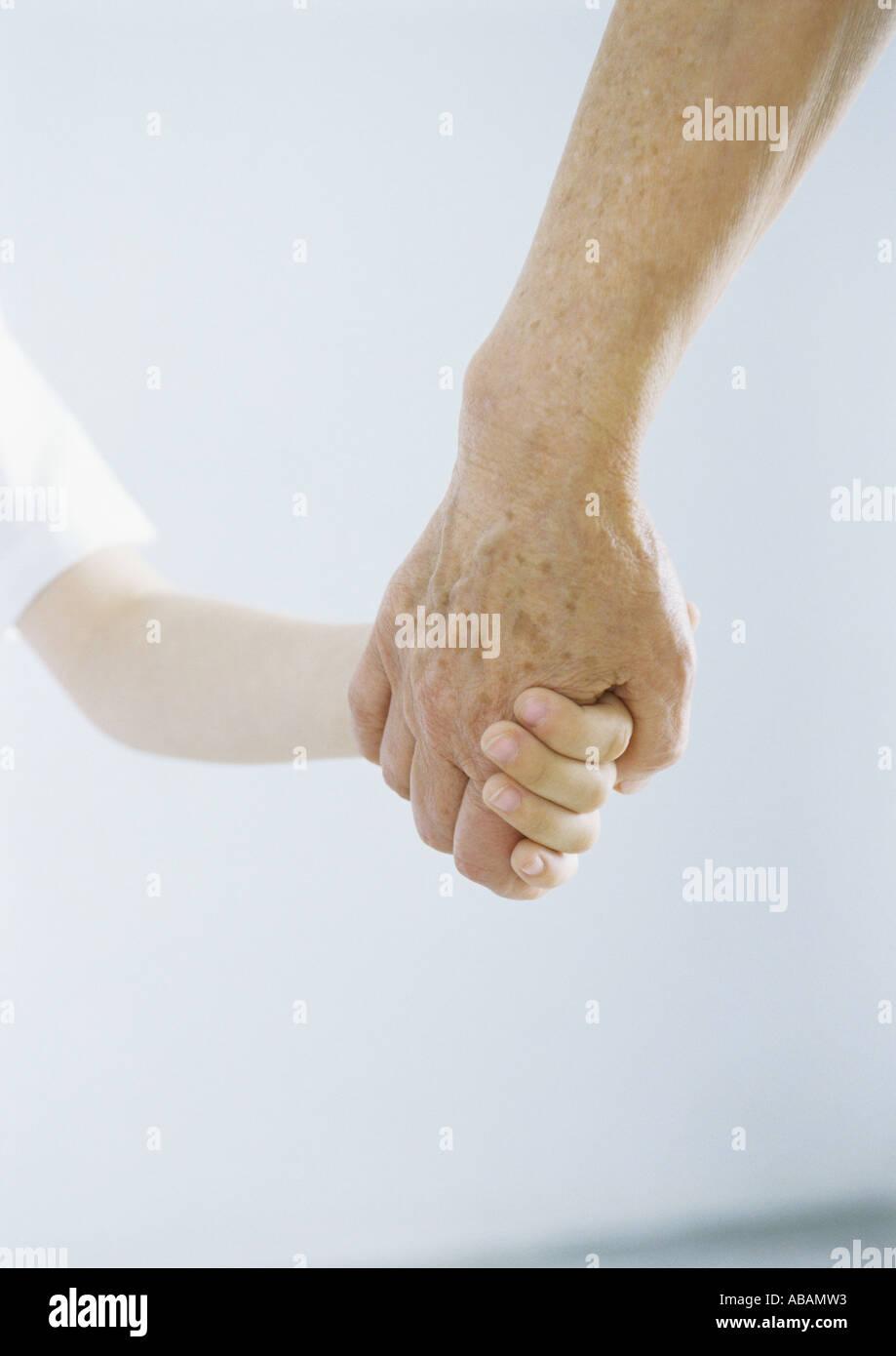 Enfant tenant la main de grand-parent Photo Stock