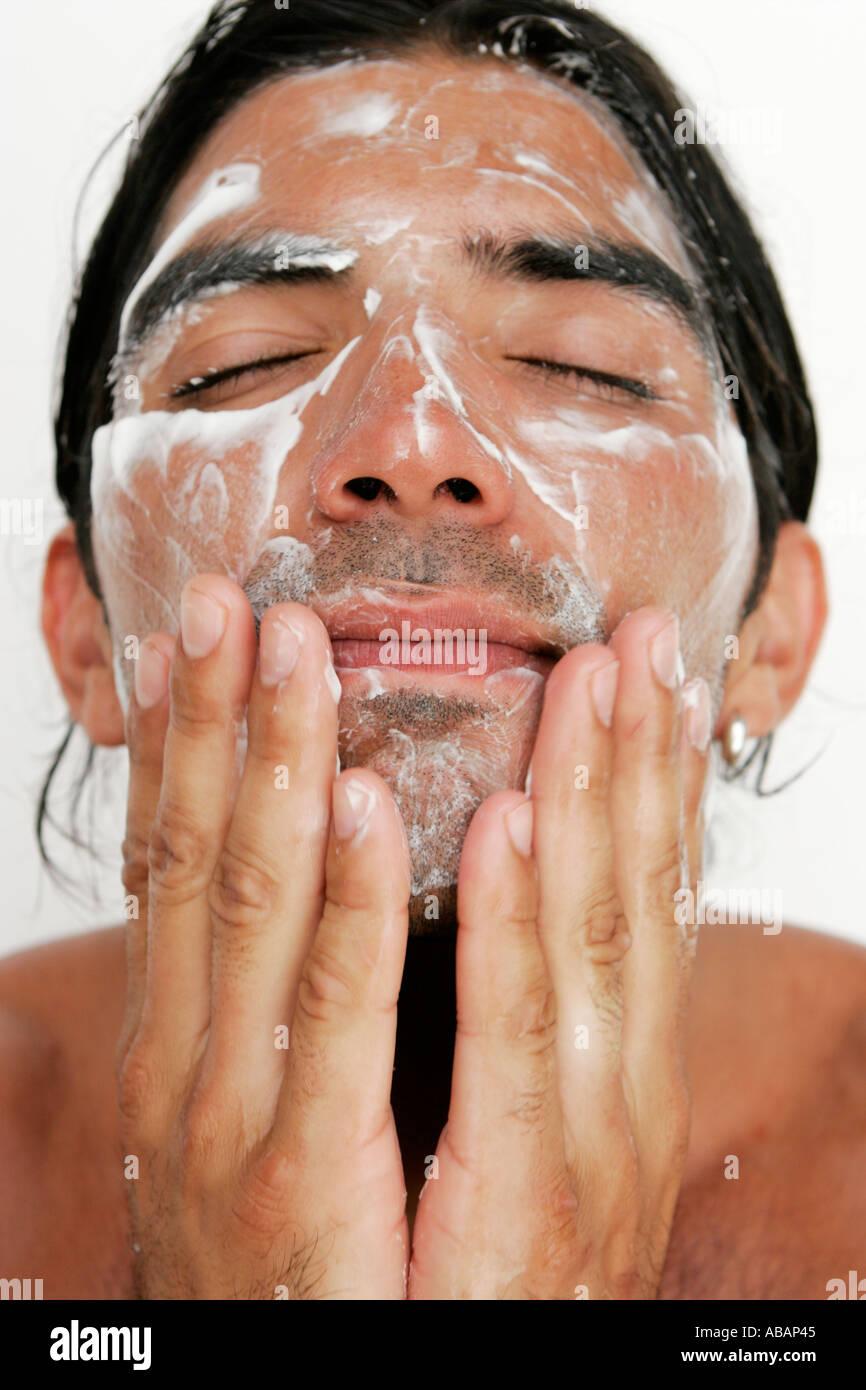 Laver le visage de l'homme Photo Stock