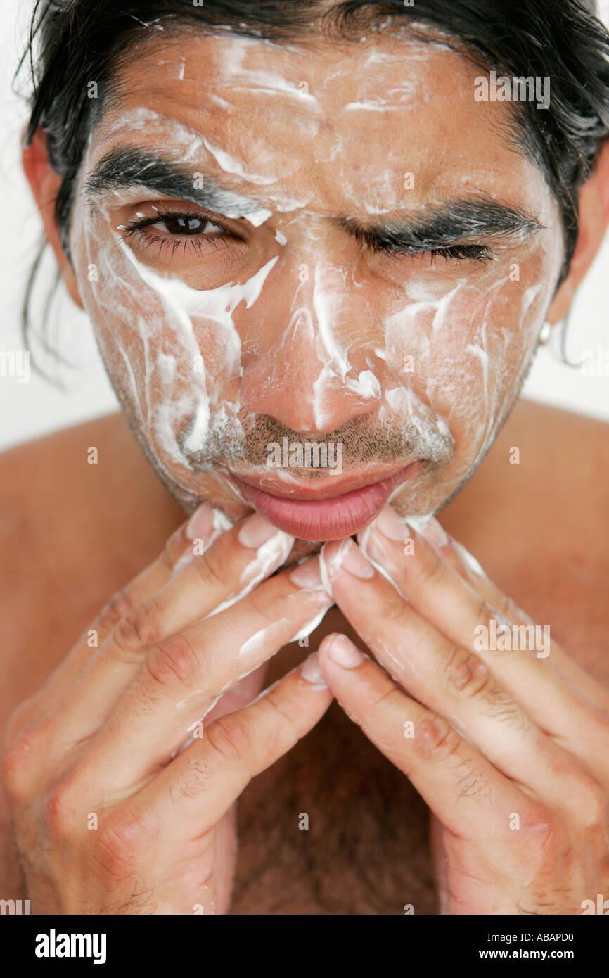 Jeune homme nettoyer son visage Photo Stock