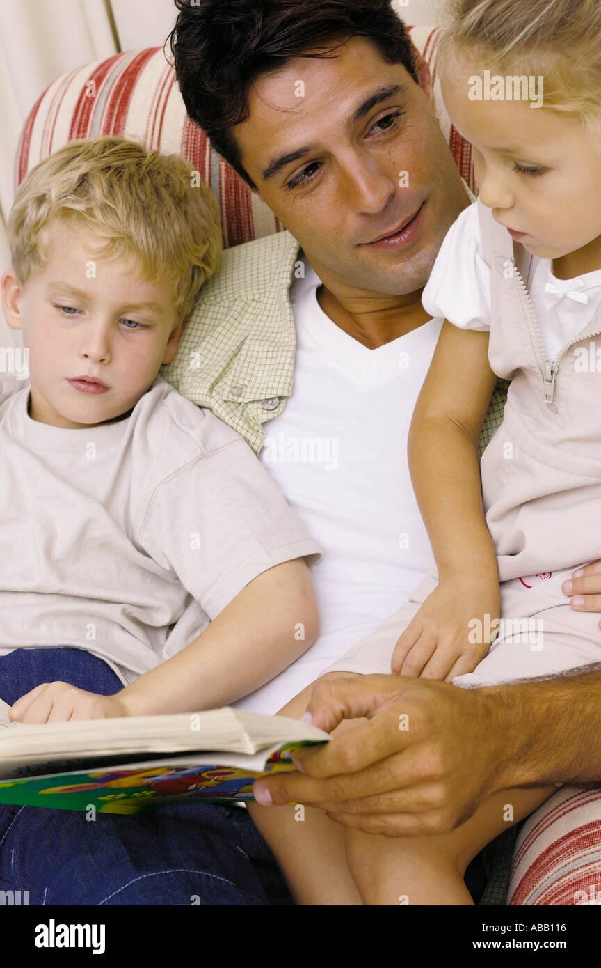 Histoire lecture père Photo Stock