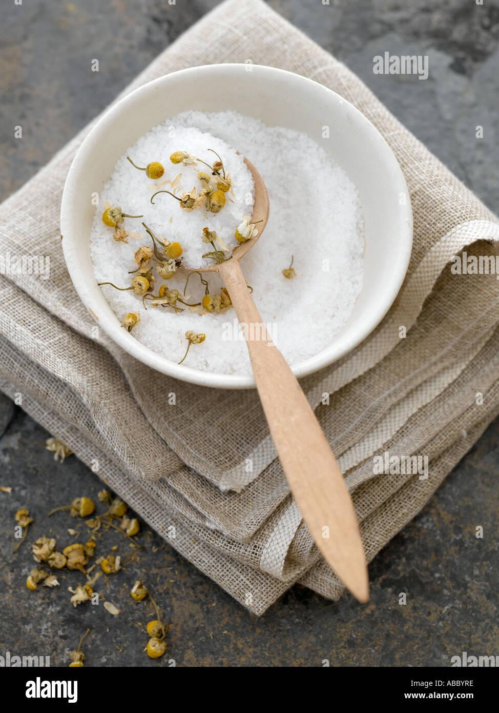 Sels de bain naturels avec des fleurs de camomille séchées - haut de gamme image numérique Hasselblad 61Mo Photo Stock