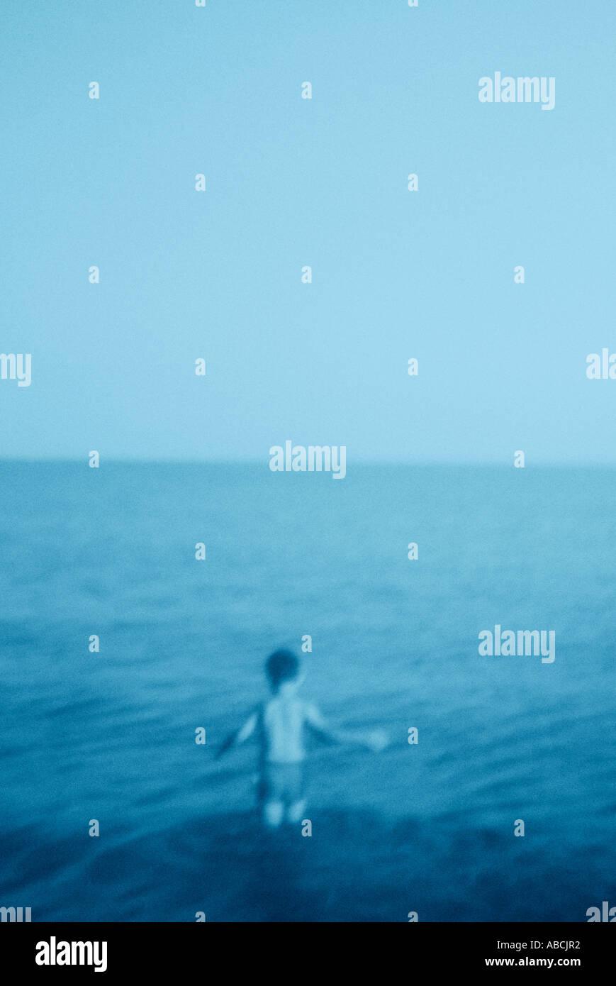 Jeune garçon patauger dans la mer (cyanotype) Photo Stock