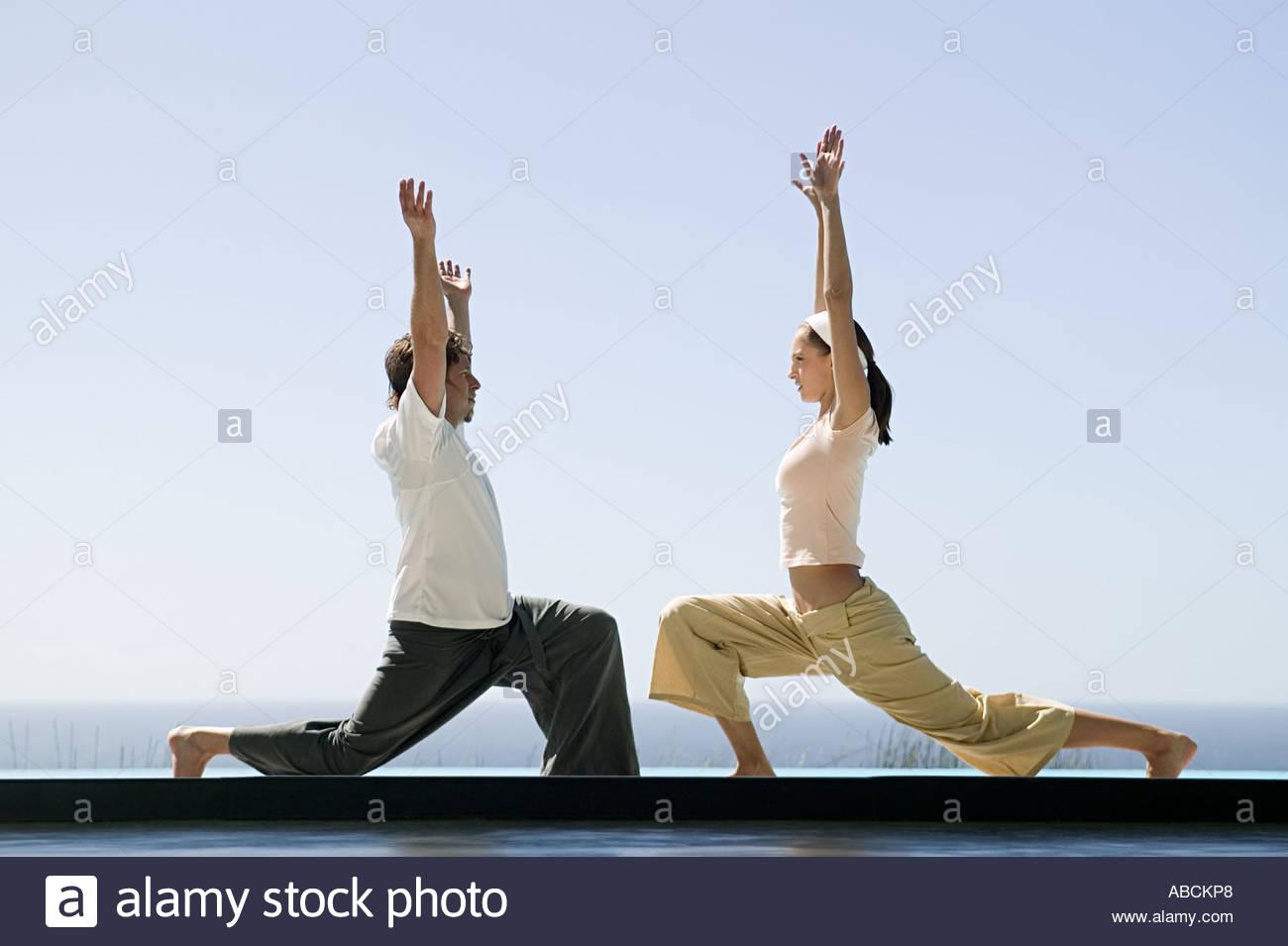 Deux Personnes Dans Des Positions De Yoga