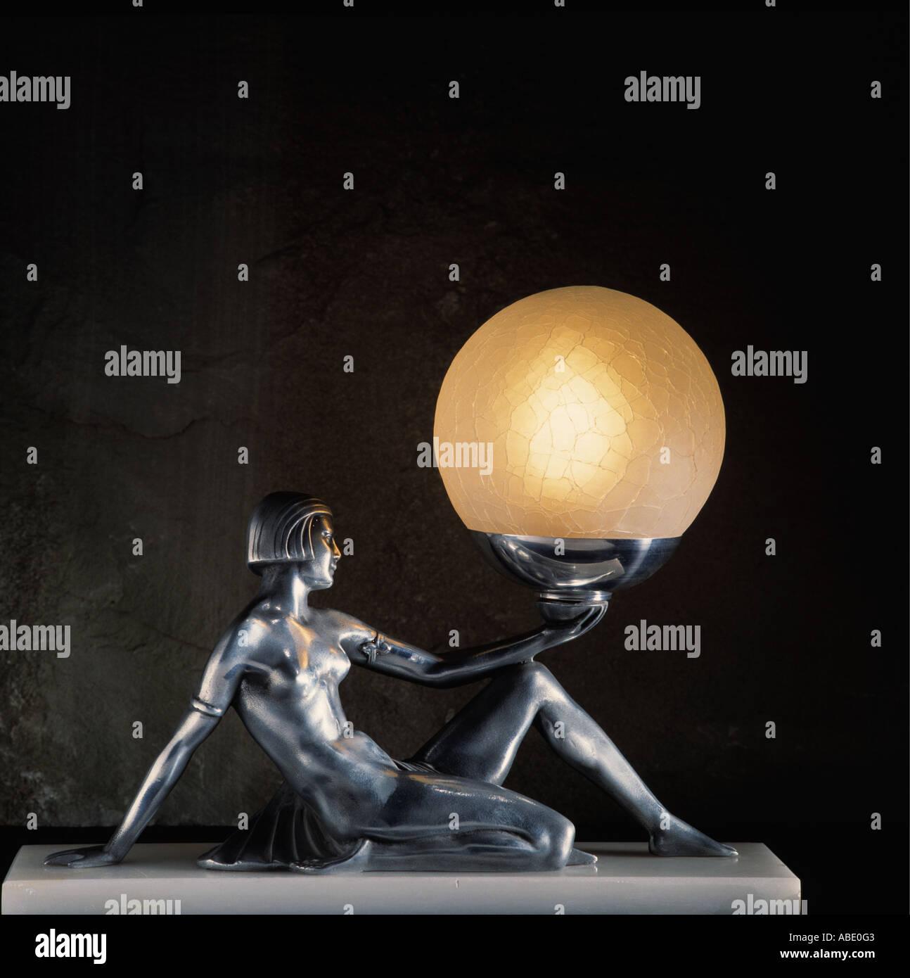 Close Up De Lampe Art Deco De Woman Holding Globe Light Banque D