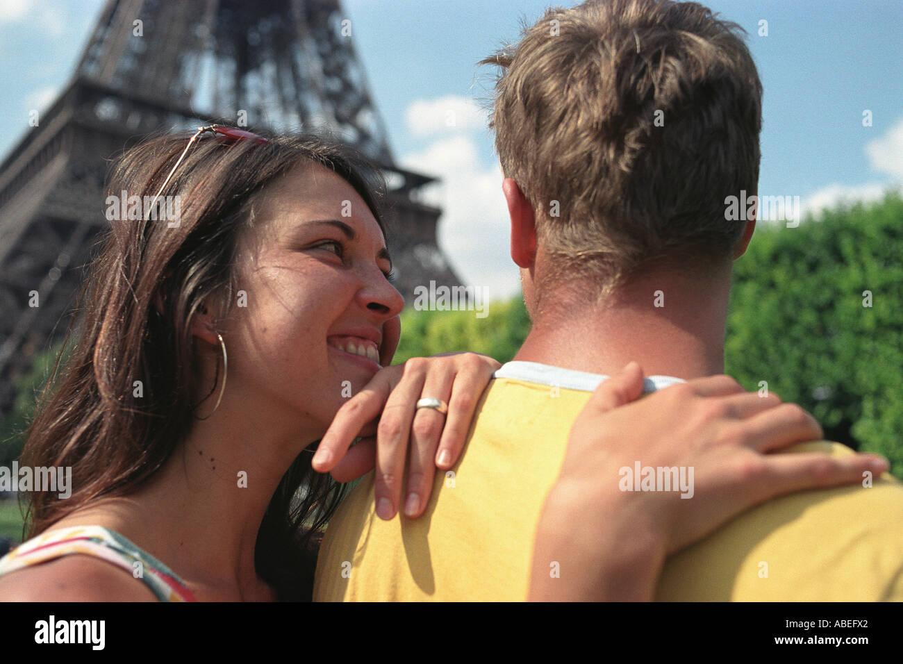 Jeune couple près de Eiffel Tower, Paris, France Photo Stock