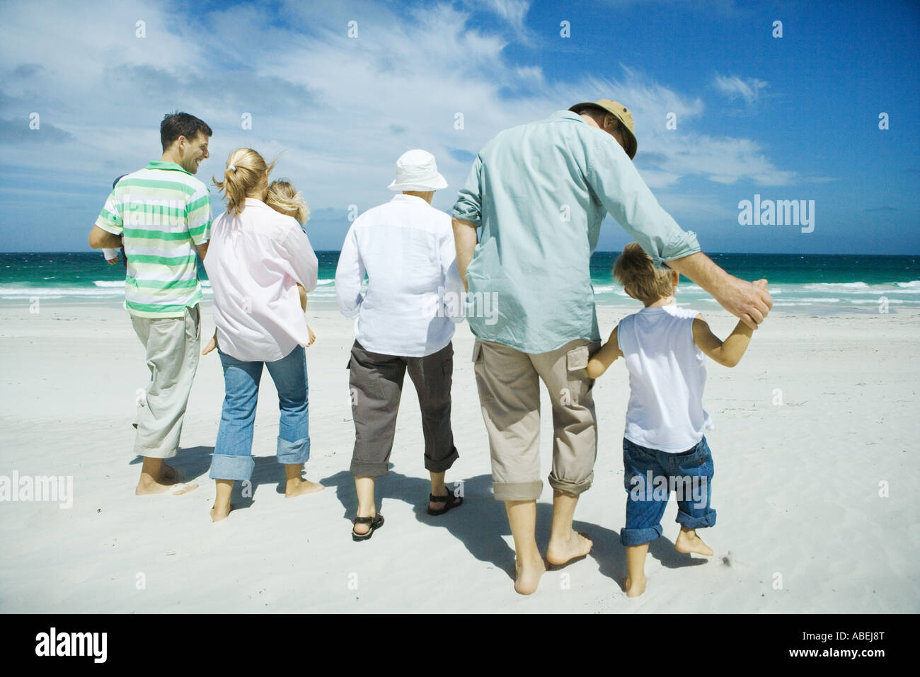 Three generation family walking on beach, vue arrière Banque D'Images