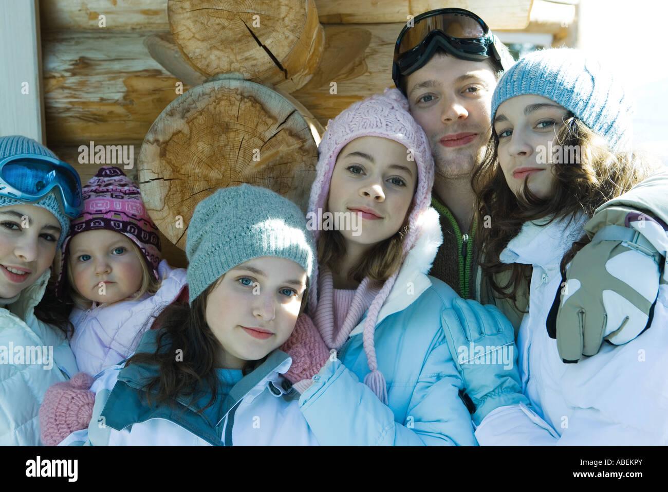 Jeunes amis portant des vêtements d'hiver, portrait Photo Stock