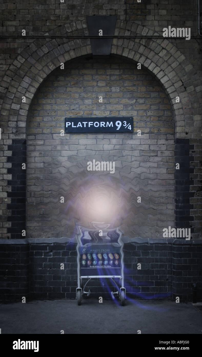 La plate-forme 9 et trois quarts à la gare de Kings Cross, London, UK Photo Stock