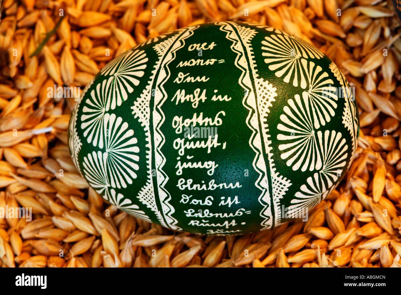 En Hesse traditionnel technique batik teint en vert et peint des oeufs de pâques Banque D'Images