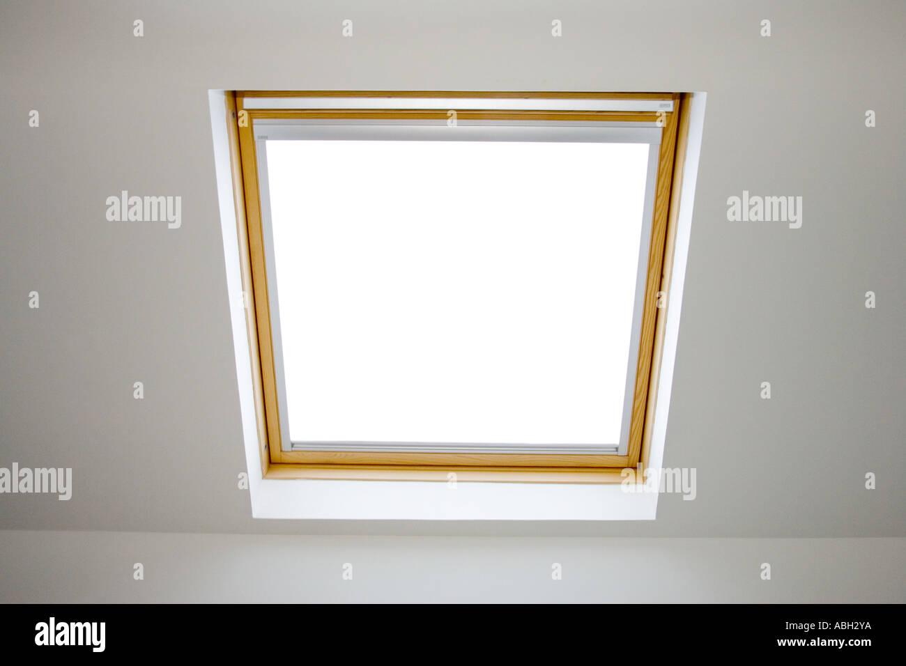 Fenêtre De Toit Velux Avec Store Enrouleur Tissu Pour Adoucir La