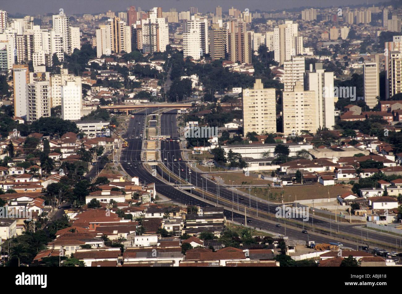 Sao Paulo, Brésil. Sommaire des bureaux de grande hauteur et les bâtiments résidentiels dans le centre-ville avec 8 cariageway dual lane road Photo Stock