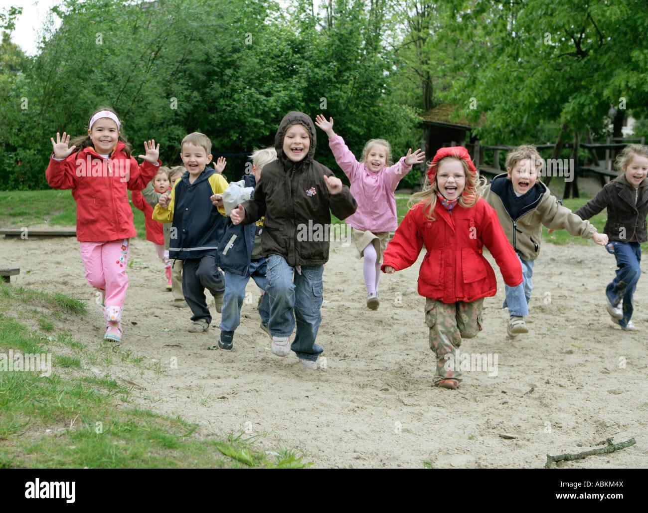 Rage des enfants dans une école maternelle Banque D'Images