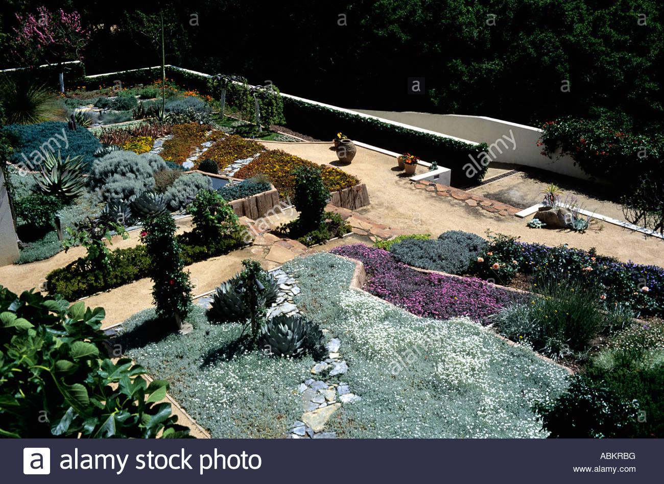 Jardin contemporain en utilisant les modèles de plantation tolérant ...