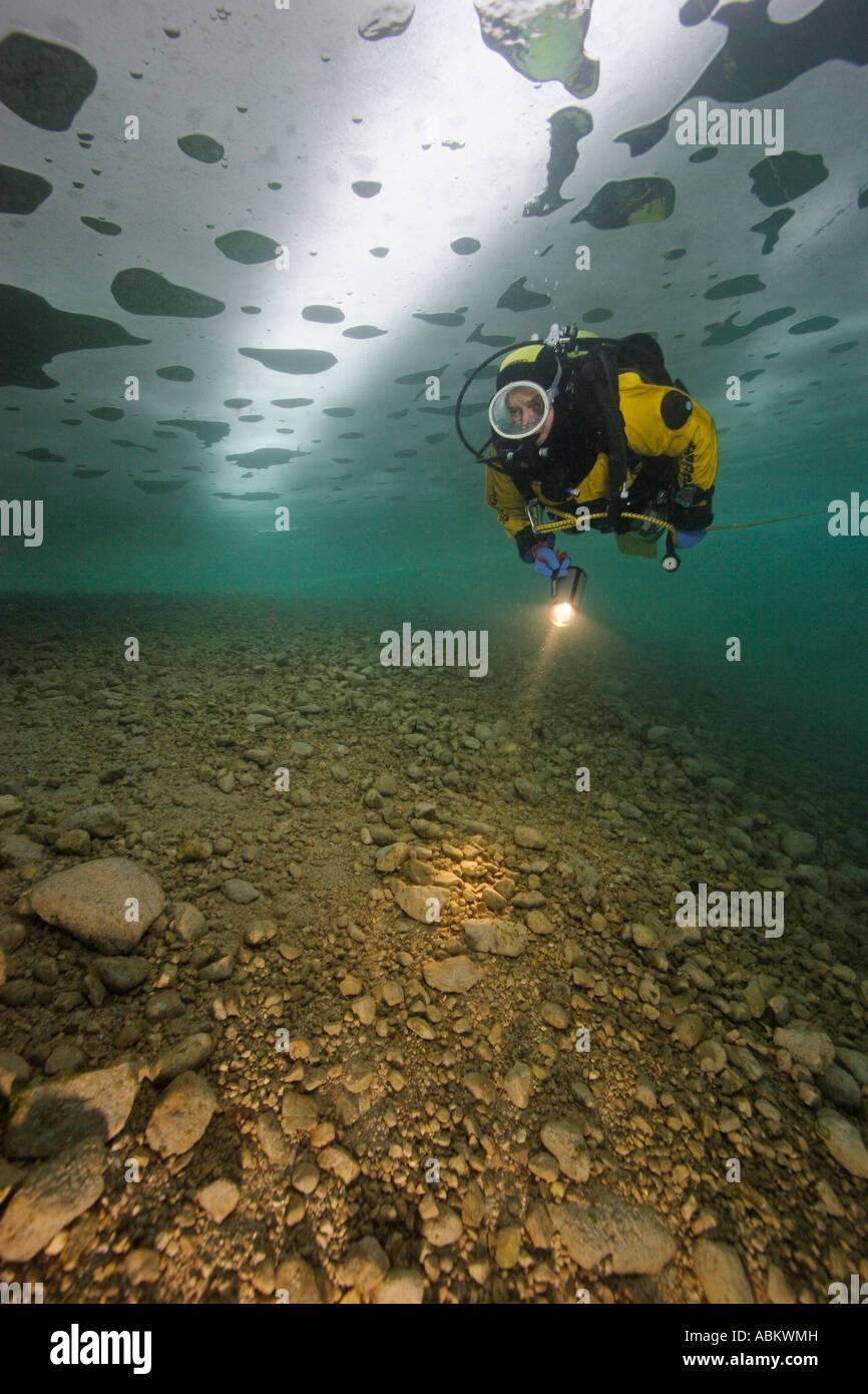 Plongée sous marine dans un lac gelé Attersee - Autriche Photo Stock
