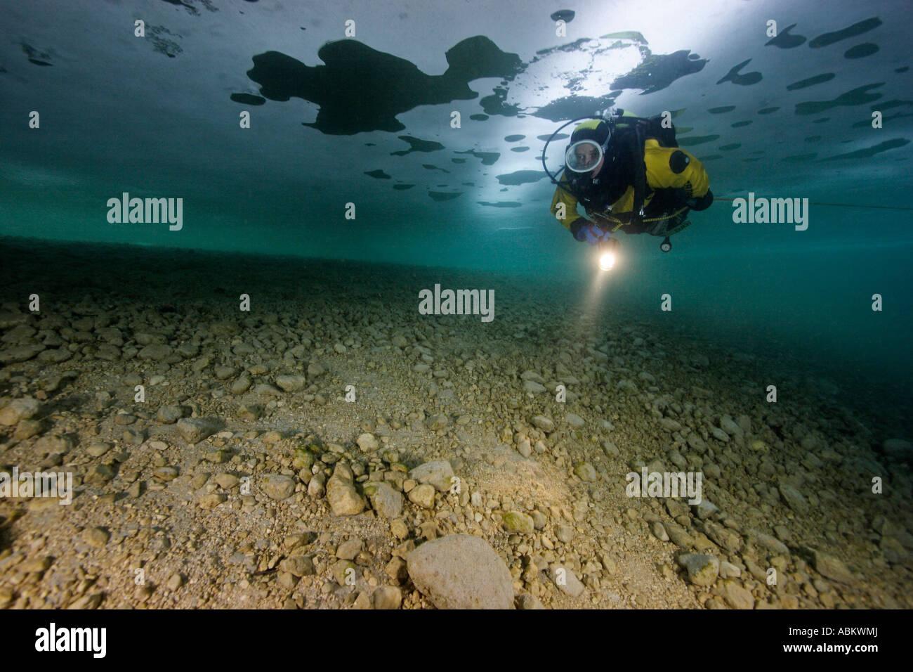 Plongée sous marine dans un lac gelé Photo Stock