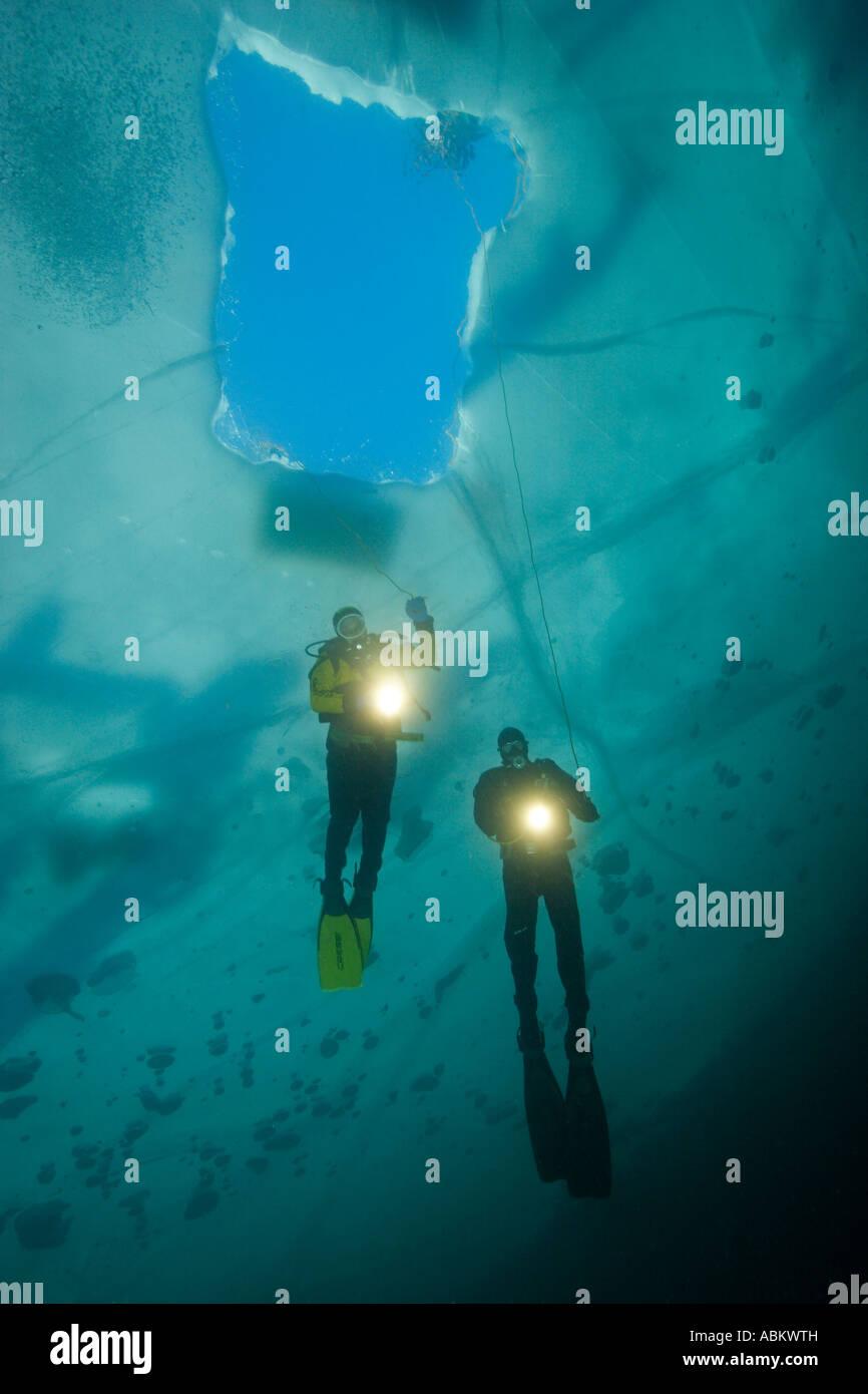 2 Plongée sous marine en dessous du trou de glace Photo Stock