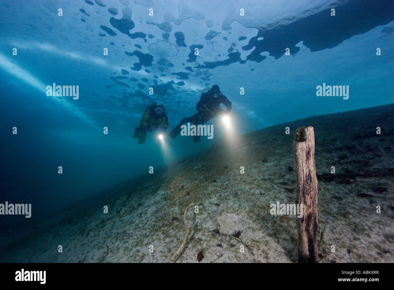 2 Plongée sous marine dans un lac gelé Photo Stock