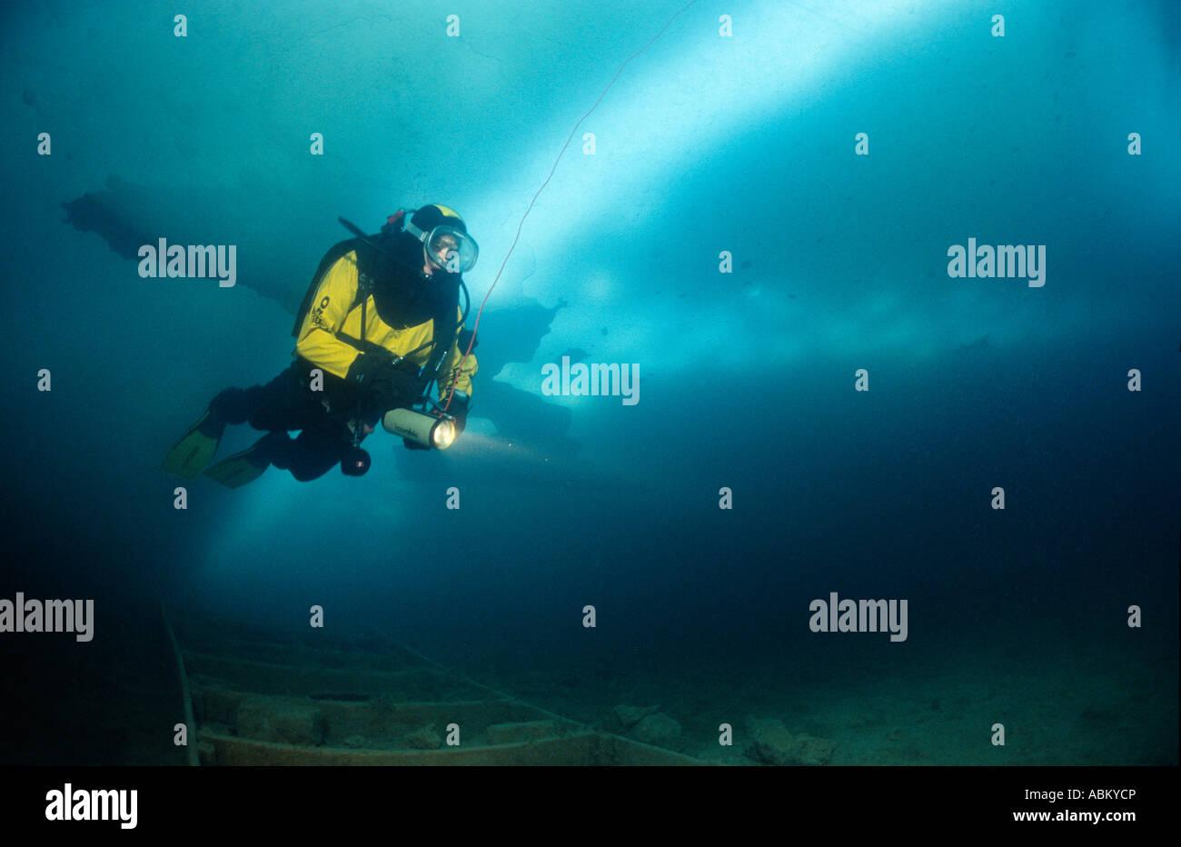 La plongée sous glace plongée sous marine dans un lac gelé Photo Stock