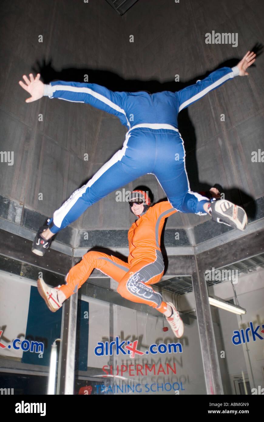 2 parachutistes pratiquant à l'intérieur à l'immeuble AirKix Xscape dans le centre de Milton Keynes, le Centre MK Photo Stock