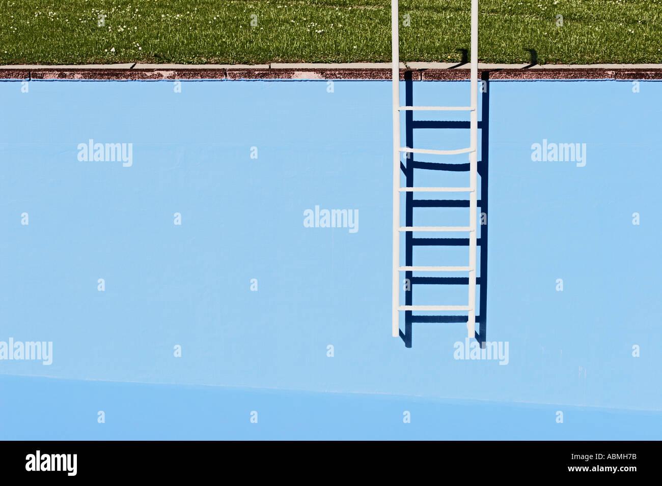 À l'échelle de la paroi piscine vide Photo Stock