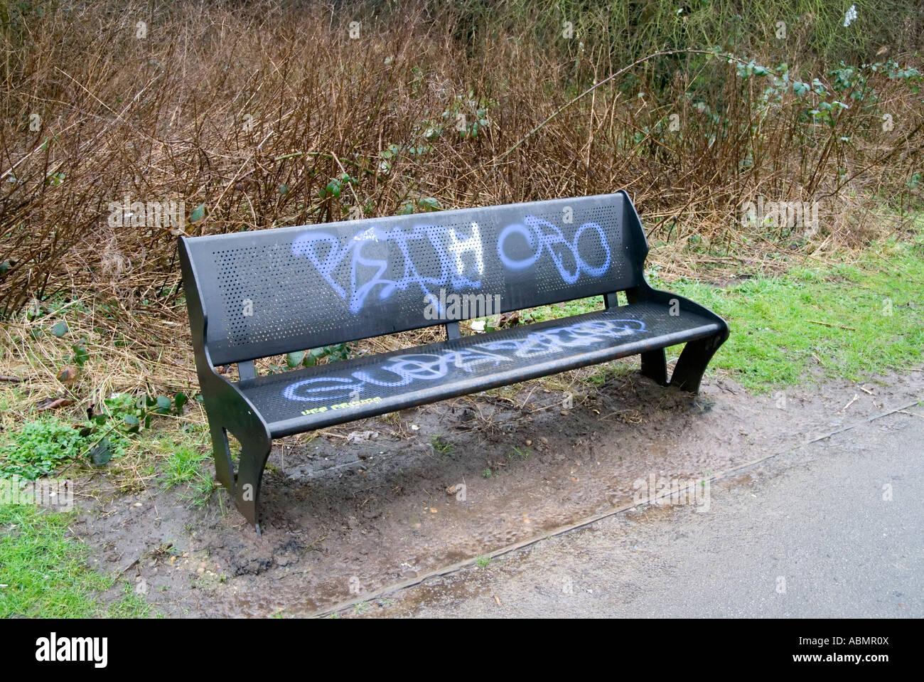 Graffiti sur un banc en métal à côté de la rivière chemin rea Banque D'Images