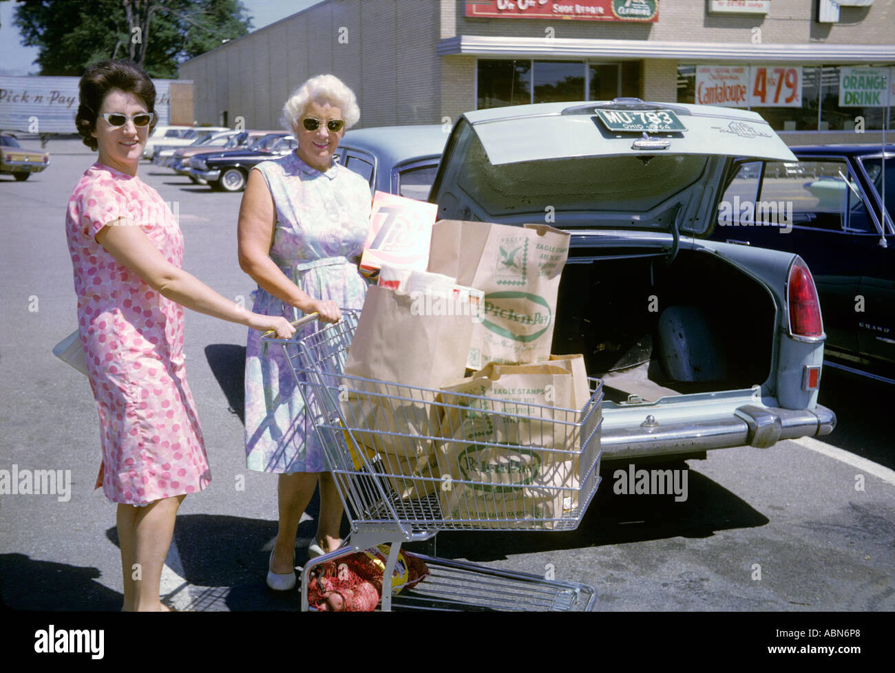 """Deux femmes shoppers, ^1964, Cleveland, Ohio, USA' Photo Stock"