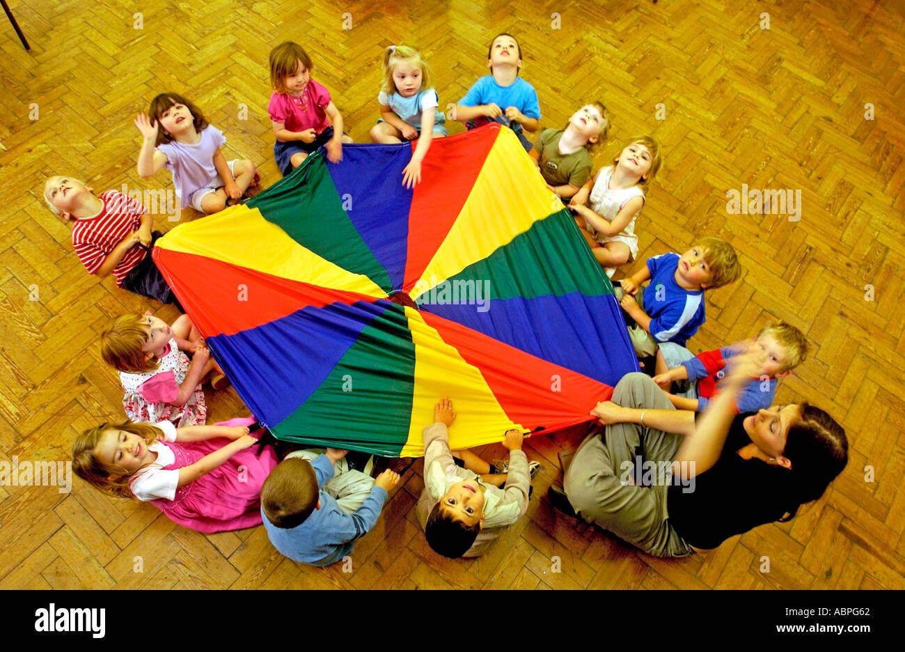 L'école Maternelle Montessori Kids vu de dessus dans leur classe de Brighton Banque D'Images