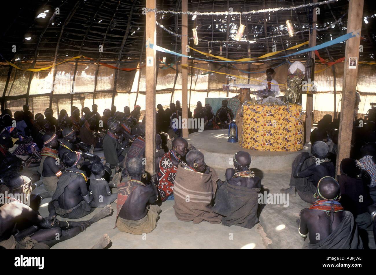 Un service à l'intérieur d'une église chrétienne à Korr, dans le nord du Kenya Afrique de l'Est Photo Stock
