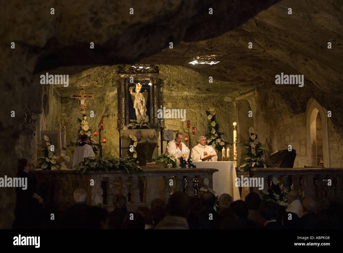 Un service dans le Santuario di San Michele Arcangelo. Monte Sant'Angelo Pouilles, Italie du Sud 2006. Photo Stock