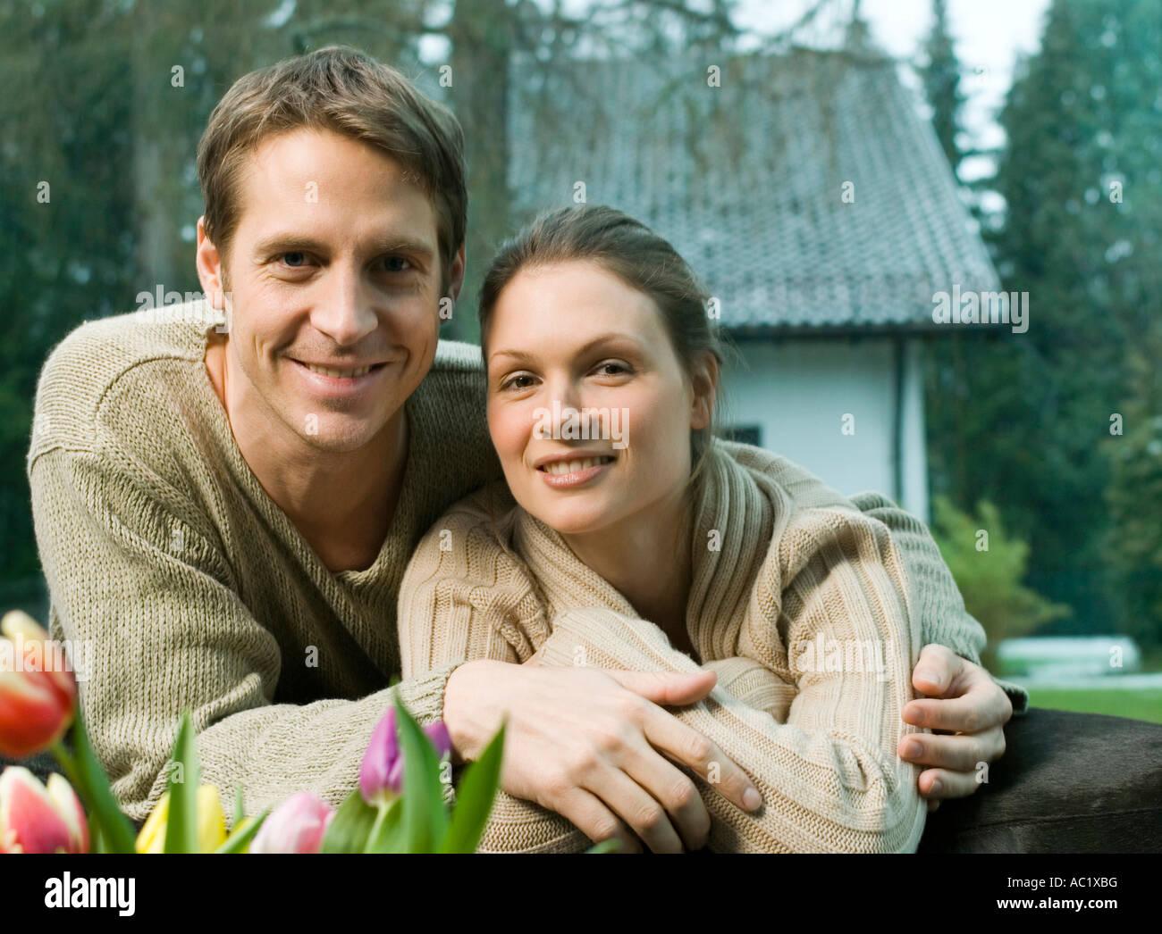 Man embracing woman avec amour Photo Stock