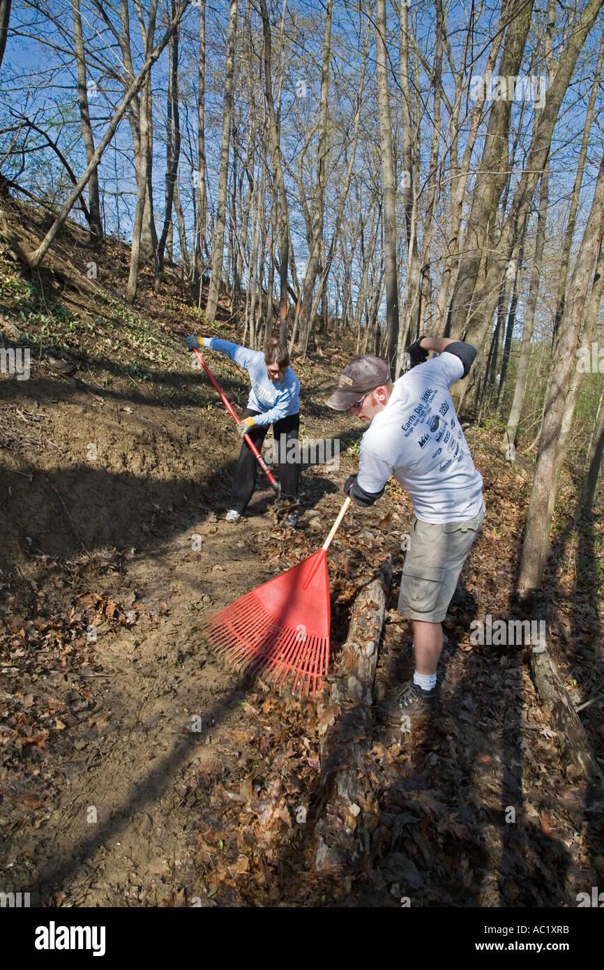 Nettoyer les débris de bénévoles le jour de la Terre Parc Photo Stock