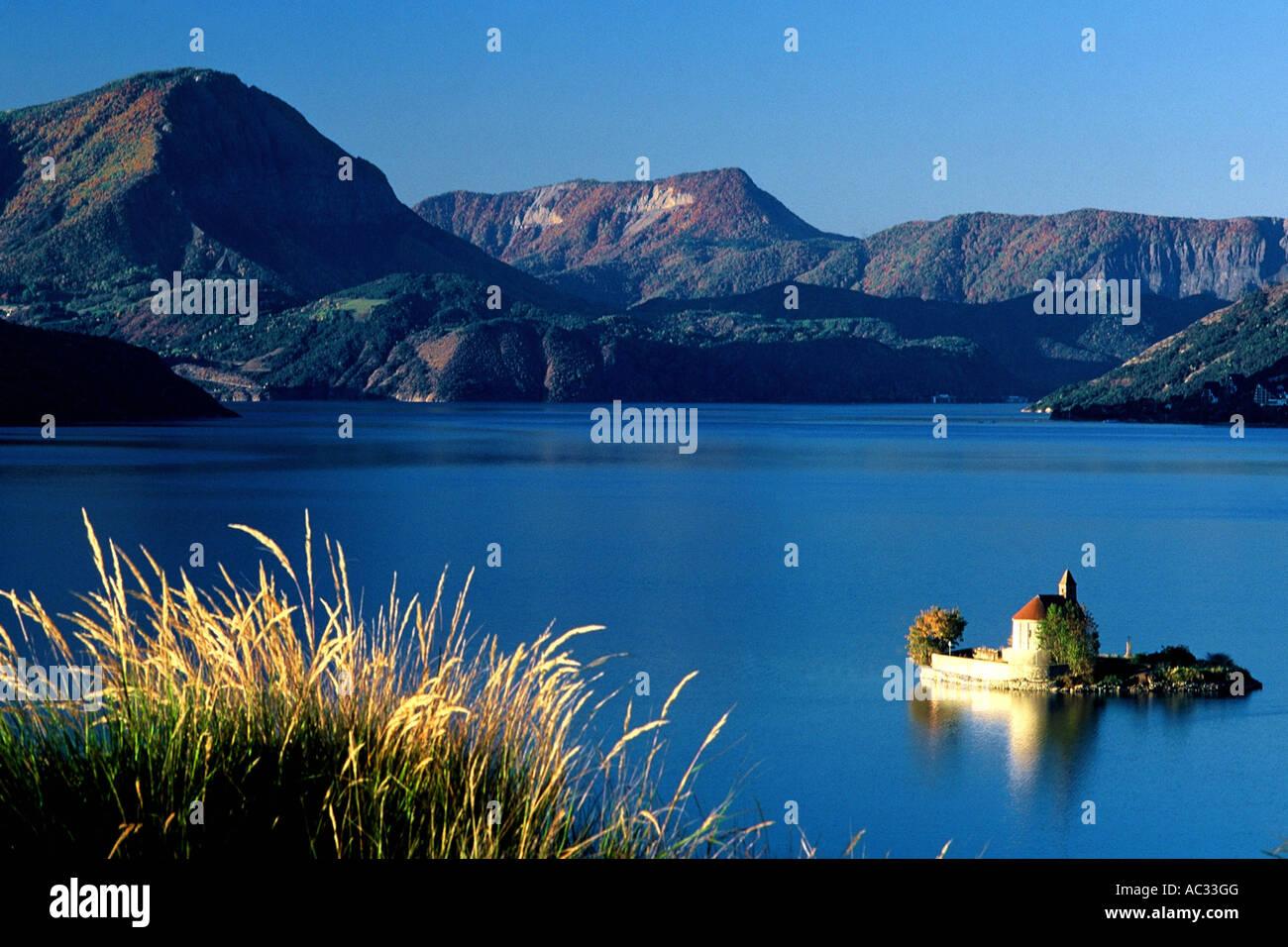 Petite église Saint Michel dans le lac de Serre Ponon près de Brianon, France, Hautes-Alpes, Briançon Banque D'Images